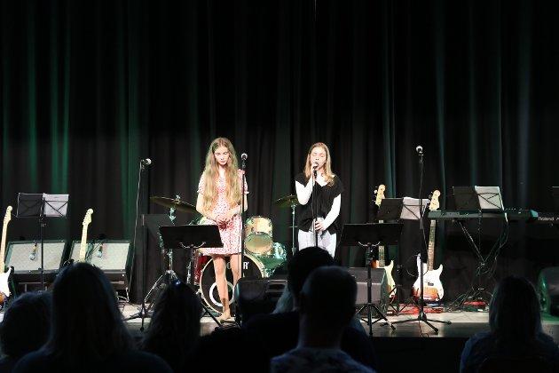 Elevene underholdt publikum fra scenen.
