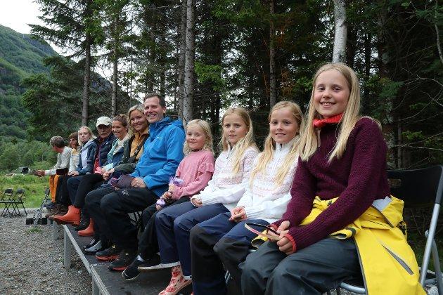 Denne gjengen kom fra Jørpeland og har hytte i Røldal. Fra høyre: Otelia, Serine, Emilie, Hennie, Øyvind Heimlund Lahn og Heidi Heimlund Lahn.
