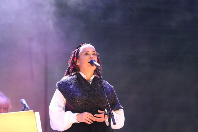 """Helene Bøksle har rollen som Margit i spelet """"Den lange vegen"""". Under konserten i Røldal lørdag strålte hun på scenen foran hundrevis av publikummere."""