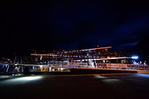 Deltakarane hoppa frå båten klokka 5.00. I år leigde arrangøren Vision of the Fjords.