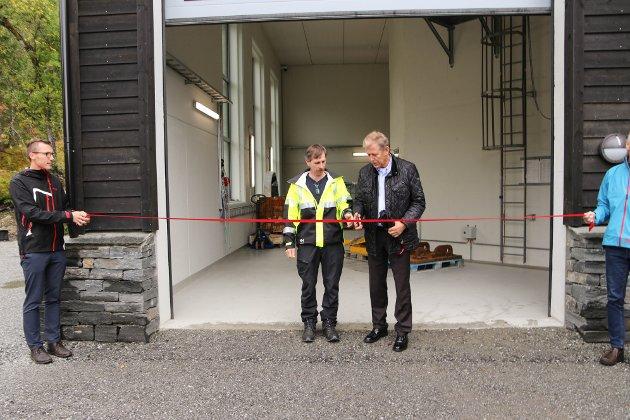 Erklærte Herand kraftverk for offisielt opna: Dagleg leiar i Forte Vannkraft, Rein Husebø (t.h.), klipte snora i fellesskap med Sigurd Johannes Traa (gul jakke). Heilt til venstre Kristoffer Kjelstadli, driftssjef i Forte Vannkraft.