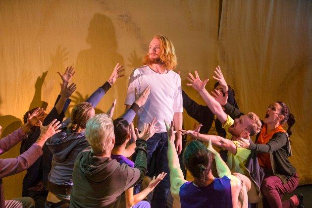 """JESUS SOM MIDTPUNKT: Rockemusikalen """"Jesus Christ Superstar"""" med Haugesund Teater hadde premiere torsdag 12.oktober. Aslak Rossehaug som Jesus leverende en glimrende innats, her med tilbederne hans."""