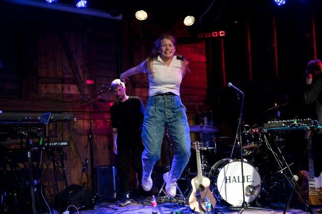 SELVSIKKER: Halie fylte 18 år fredag og fikk publikum med seg på Høvleriet under lørdagens Kulturnatt-konsert.