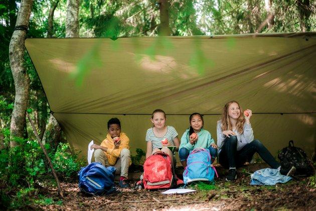 UTE-KLASSEROMMET: Ved å variere undervisningsmetoder og å ta i bruk kombinasjonen av ute- og inne klasserommet, får elevene flere erfaringer med lærestoffet.