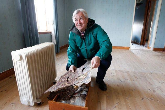 VEGGENE: Eldre tapet er tatt vare på. Den brukes for å gjenskape til opprinnelig stand, forteller direktør Mads Ramstad i Haugalandsmuseene.