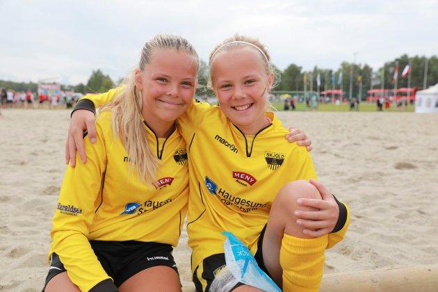Oslo 020818 Ekebergsletta Norway Cup Amalie Kallevåg (13) og Johanne Rokne Lier (13) g´fra Skjold J13 har akkurat blitt utslått, men er ikke slått ut for det.