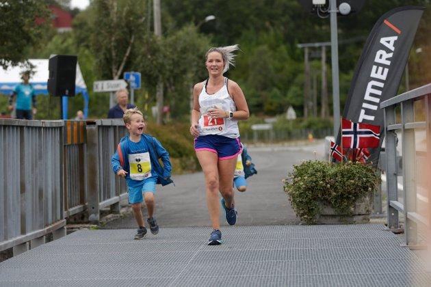 Charlotte Yrke (28) blir hjulpet av sønnen Adrian Yrke Pedersen (6)
