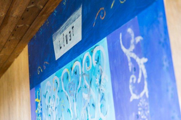 Dekorasjonen ved inngangspartiet, Livet, er laget av kunstner Anna Kristin Ferking.