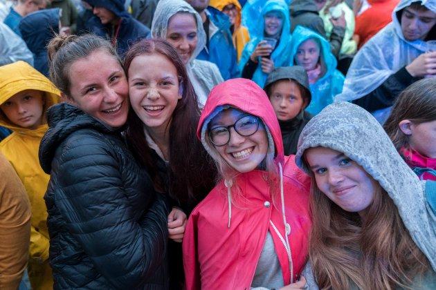 Selma Jacobsen, Amalie Staalesen, Mia Fagerland og Live Mortvedt i første rekke.