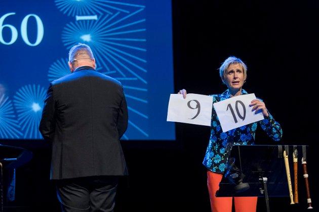 MGP: Sjur Hjeltnes (med ryggen til) og Linda Eide illustrerer hvordan poenggiviningen var tidlig i norsk MGP-historie.