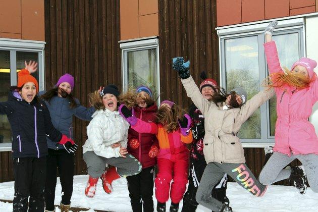 Offisiell åpning av Olderskog skole. Hoppende glade elever. F.v: Emma, Cecilie,Karoline, Maria, Oda, Tiril, Sofia og Mia. Foto: Torild Wika