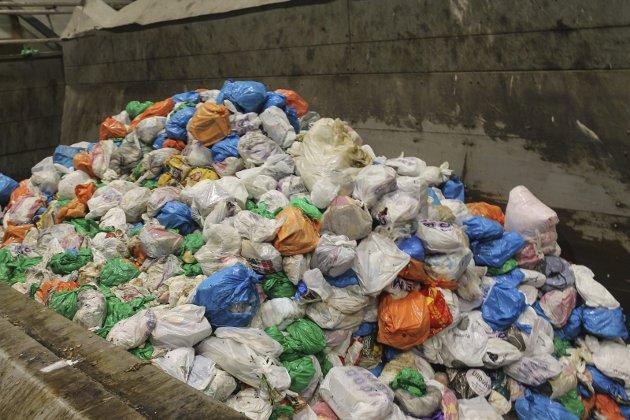 På SHMIL ender søppelet fra husholdninger i denne beholderen før det går til sortering.