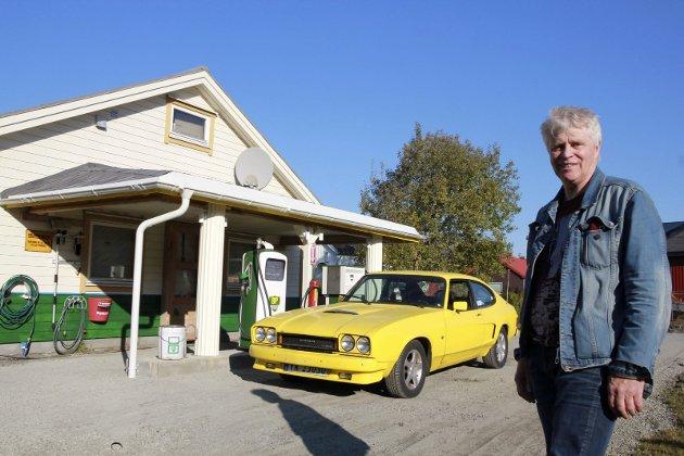 Knut Jacobsen har laget sin egen BP-bensinstasjon på Nyland i Holandsvika