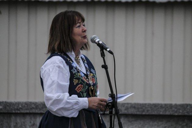 Fylkesordfører Sonja Alice Steen holdt tale og foretok selve avdukingen.