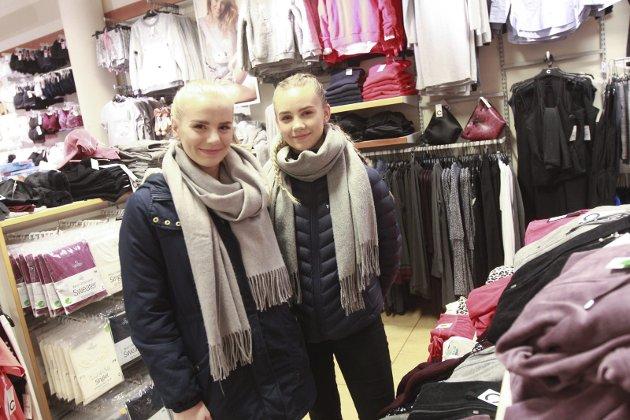 Anette Hansen og Ina Linn Skagen. - Vi er er litt på grunn av Black Friday. Men vi har ikke bestemt oss for hva vi skal kjøpe, samstemmer jentene, som fredag ettermiddag besøkte butikken Cubus på Sjøsiden senter.