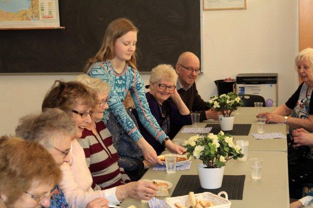 Elever fra Kippermoen ungdomsskole har valgt å starte seniorcafé på Frivillighetssentralen ved gamle Kippermoen ungdomsskole. Hver fredag arrangeres det seniorcafe, hvor det tilbys mat, lodd og kaffe.