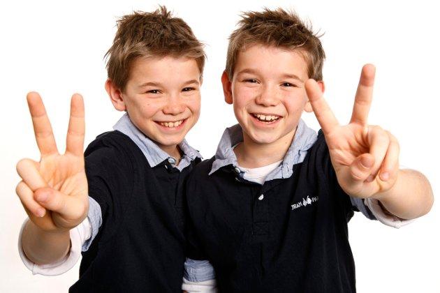"""Martinus og Marcus Gunnarsen fra Trofors deltok på MGP Junior med sangen """"To dråper vann"""" 1. september 2012.."""