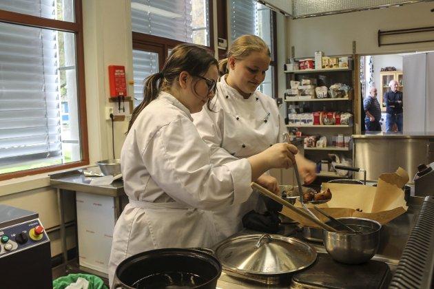 Ida-Mari Grøftrem og Guro Vassvik lager krabbelurer