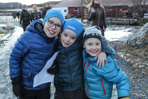 fv. Emil Almås Haugan, Ulrik Almås Haugan og Kristian Hagfors har møtt nissen, tippet vekt på kalven, spist pølse og lekt på lekeplassen.