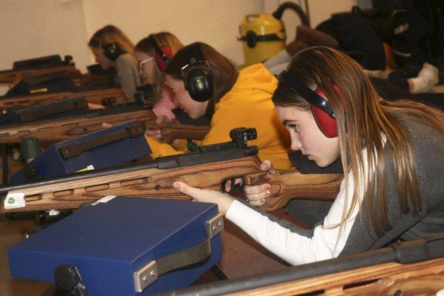 Elever ved Kippermoen ungdomsskole har skyting som valgfag. Mosjøen skytterlag. Malin Thorsen