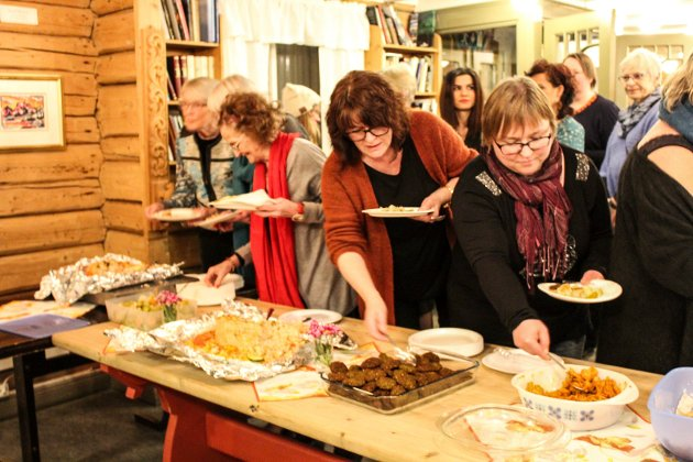 Mat fra blant annet Palestina, Serbia, Sudan, Kurdistan og Thailand ble servert tilhørerne på kvinnedagen-markeringen.