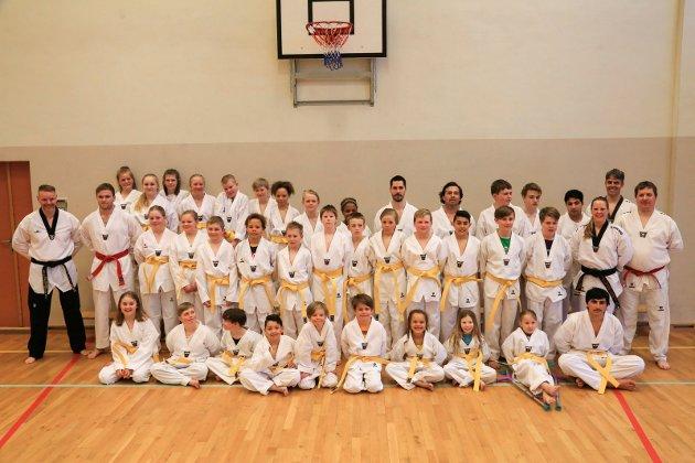 36: 36 nybegynnere i taekwondo ble oppgradert til gult belte under en seanse på Kulstad skole torsdag ettermiddag.