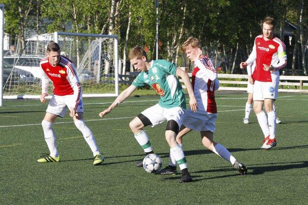 Olderskog møtte Hemnes på hjemmebane onsdag kveld i 5. divisjon og tapte 0-4. Andreas Steinslett Jensen i kamp med Roy Kjærstad (t.v.)