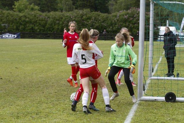 Finalen i J14. Halsøy mot Saltdalskameratene, og resultatet ble 0-4. Halsøy hadde sine sjanser, og her er det Hanna Bjørnli i kamp med keeper og forsvar.