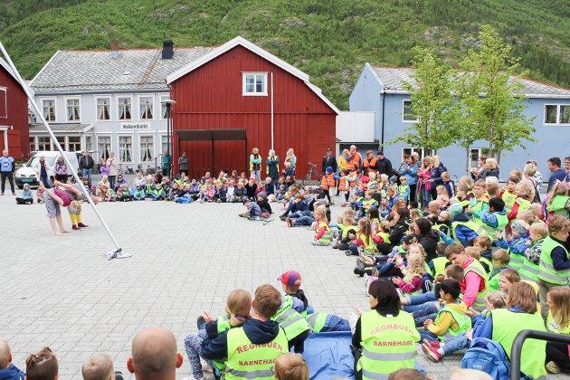 Torget var stappfullt av barn som skulle se sirkuset.