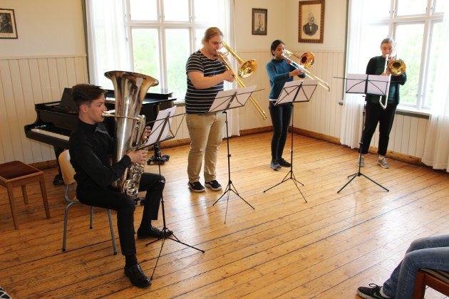 Kvartett: Trombonekvartetten i stykket «Can-Cam» Kristine Solli Oppegård (eks-musikklinja i Mosjøen), Cathrine Holmesland og Sigurd Skogdal var flinke trombonister, og Kirill Bulanin var stødig og god på tuba. De tre sistnevnte er også deltakere i symfoniorkesteret.