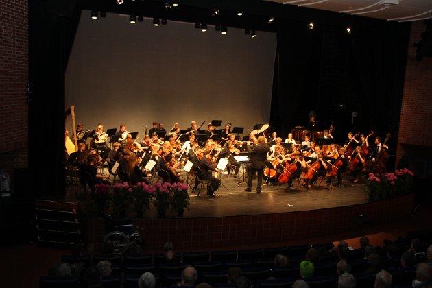 VELSPILLENDE: Et stort og velspillende orkester med dirigent Nicholas Carthy.