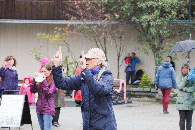 Dirigent for Mosjøen skolekorps Ragni Einmo hadde full kontroll under Flash moben (En flash mob er en gruppe mennesker som plutselig samles på et offentlig sted, der de sammen utfører en uvanlig og ofte morsom handling, for deretter å spre seg igjen).