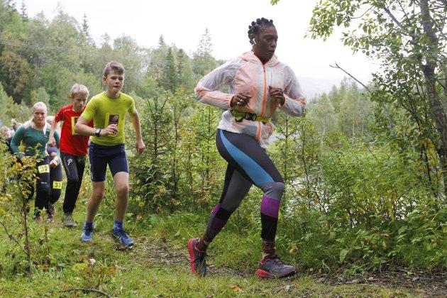 Reinfjellmarsjen 2018. Det er to distanser for aktive og her er de som løp 10 km like etter starten på Langvatn gård.