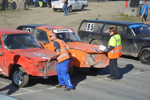 Mathias Nygård og Ann Kristin Sørensen sørget for at alle bilene stilte opp på korrekt måte ved startlinja.