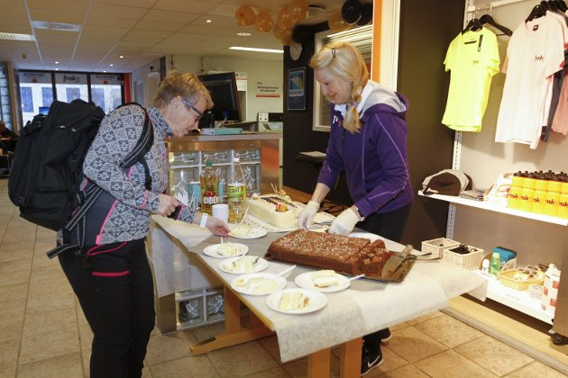 Frisk3 fyller 40 år. Bløtkake og kaffe på jubileet. Torill Thoresen serverer kake til folk på jubileumsdagen. Her er det Bodil Jensen som får servering.