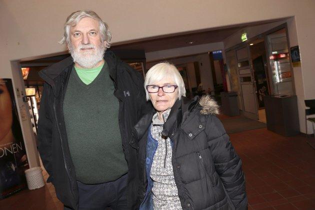 """- Vi er her i kveld fordi """"Narvik"""" virker som et interessant stykke. det er alltid spennende å se hva krig gjør med mennesker, sier Harald Wiggo Erdal. Han hadde med seg Ellinor Selstad på """"Narvik"""" av Lizzie Nunnery. - Det blir interessant å se hvordan en utenlandsk ser på krigen i Norge sier Harald Wiggo. Paret forteller at de får med seg det som er av teater i byen."""