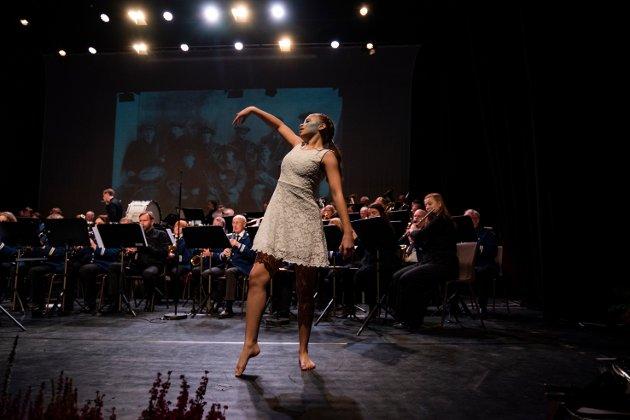 Emilie Lawrence Hagen fra Vefsn kulturskole danset til løvenes konge under kveldens 100 års jubileumskonsert for Hornmusikken Fram.