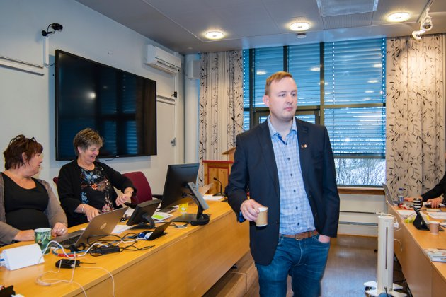 Både ordfører Berit Hundåla (Sp) og varaordfører Rune Krutå (Ap) ble erklært inhabile når kommunestyret i Vefsn tok stilling til Olje- og energidepartementet (OED)  henvendelse angående det tidligere vedtaket om å gi Øyfjellet vindkraftverk status som statlig arealplan.