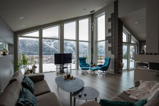 Stuen er minimalistisk innredet med sofakrok og sittegruppe vend mot den storslagne utsikten.