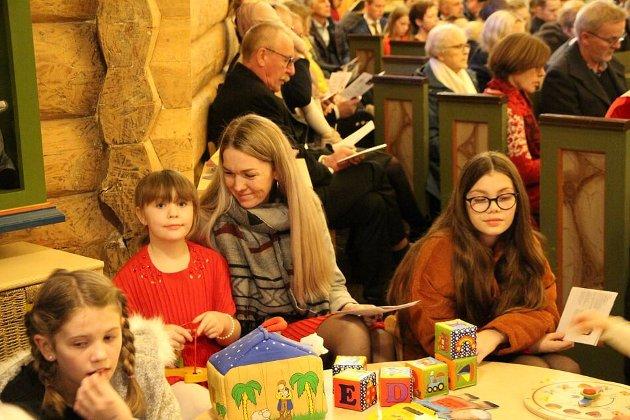 BARNEAKTIVITETER: Johanne Eriksen Mellingen, Lene Mellingen og Nora Svendson Mellingen koste seg i Dolstad kirke under årets julegudstjeneste.