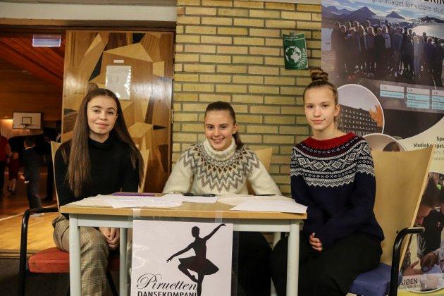Emilie Lawrence Hagen, Nora Thrana Isaksen og Hedda Thorvaldsen har fått i oppgave å selge billetter i døra.  - Vi arrangerer juletrefest for å tjene penger til vi skal på workshop på Mo i Rana og danse, sier Thrana Isaksen.