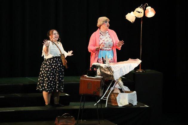 Amanda Reidunsdatter Sandvoll (t.v.) i hovedrollen som Tracy Turnblad, sammen med mamma Edna Turnblad, spilt av Aaron Sebastian Blåsmo Frantzen.