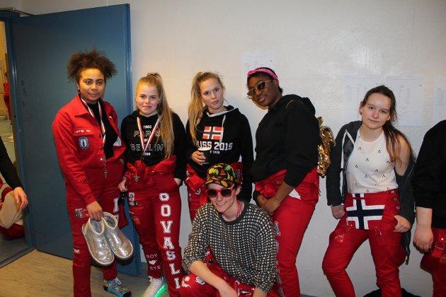 GOD STEMNING: Iris Eskic, Sandra Govasli, Maria Breivik, Dami Adesa, Linn Bauer og Isak Leaner Hagh (nederst i midten).