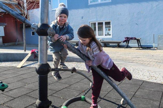 Ulrik Torstensen (3) og Ella Torstensen (7) koser seg på lekeplassen i sentrum. Mormor Reidun Kismul forteller at de skal til Sjåmoen senere.