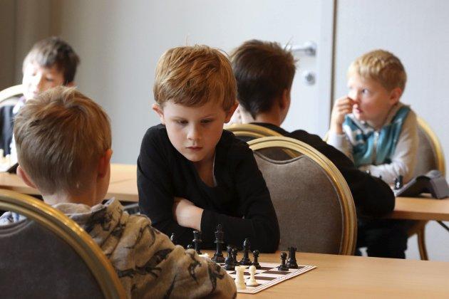 14 barn deltok på langlynsjakk fredag. Etterpå vanket det diplom og sjakkbok til alle sammen,