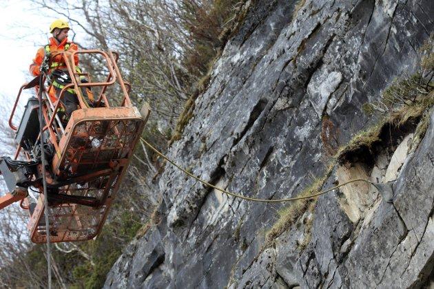 HJH Fjell og anleggsentreprenør fra Mo i Rana fjerner stein på Baustein i Vefsn. Her er Stian og Terje Roghell på tur opp i den 40 meter høye liften.