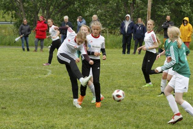 Kippermocupen 2019 Lørdag. Jentene til Overhalla J12 i kamp mot Gullvikmoen 2-2