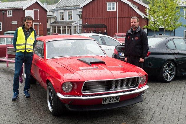 Leder i Amcar Mosjøen, Tor Richter Jonsen (t.v.) sammen med Sigurd Herigstad, leder for Amcar Sandnessjøen. Her poserer de ved sistnevntes bil, en Ford Mustang 68-modell.