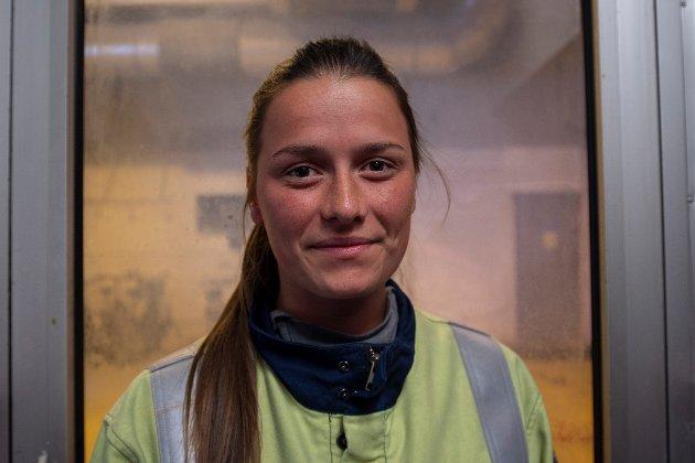 Anita Tollefsen Fjeldavli (23) har jobbet på Alcoa i 4,5 år.  Hun har begynt på videreutdanning innen ledelse og i sommer jobber hun som vikarierende teamleder på elektrolysehallene.