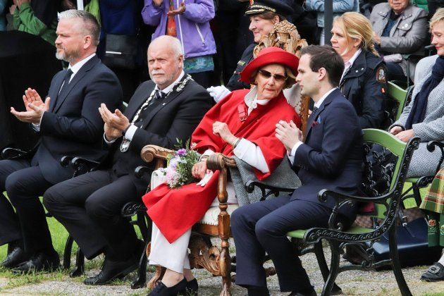 Dronning Sonja i hotellhagen. Publikum. Carl Ninian Wika. Tom Cato Karlsen. Jann-Arne Løvdahl.
